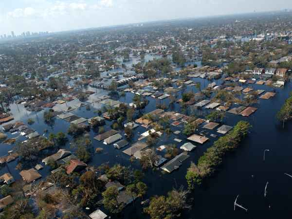 Greennova - hurricanes and cyclones reinforced by climate change cause important floodings